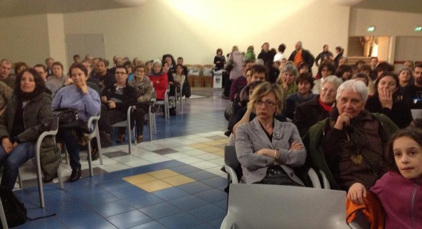 Aosta, 5 aprile: il salone Saint-Martin è gremito in attesa della proiezione